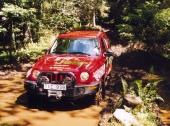 Sweden Offroad Tours träffledare Peter Öjerskog kör en Jeep Cherokee CRD 2003 utrustad med Dunlop-däck, Warn-winch/extralysen samt Exide batteri. Som här längs de blöta spåren på Blekinge Offroad Äventyrscamp utanför Karlskrona.
