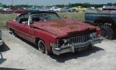 Detta har en gång varit en 1973 Cadillac Eldorado! Med tanke på bilens skick i övrigt, så får det anses självklart att även motor, automatlåda och allt annat antingen har rasat eller är bortmonterat. Till salu hos Country Classic Cars för $850 (drygt 7.000 kr). Billigt? Knappast, den kostar cirka 36.000 kr tullad i Göteborg. Därefter väntar en renovering på ungefär 400.000 kr! Rätt pris för en likadan bil i fint skick är under 150.000 kr.