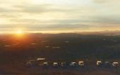 Midnattssolen lyser över deltagarna i Sweden Offroad Tour, som traditionsenligt avslutas genom att köra upp på Luossavaarabergets topp utanför Kiruna.