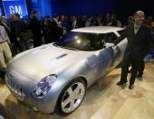 General Motors Vice President för Design North America, Ed Welburn stående vid konceptbilen Chevrolet Nomad efter premiärvisningen söndagen den 4 januari 2004. Platsen är North American International Auto Show i Cobo Hall i Detroit.
