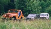 En orange jeep CJ i ombyggt skick leder eftermiddagssafarin under offroaddagen i Enköping. Under eftermiddagarna körs alltid en gemensam kolonnkörning för att få äventyrskänsla.