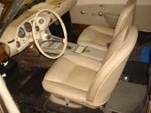 Men tittar vi in i bilen, så inser vi snabbt att den här bilen möjligen är ett rullande renoveringsobjekt! Och en ny inredning till Avanti är definitivt inget man knallar in och köper på ICA.