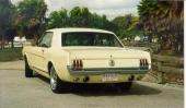 Här ser vi en 1965 Ford Mustang Coupe, försedd med V8-motorn i A-code utförande och 225 hk. De dubbla avgasrören kommer ut i sandplåten under stötfångaren. Med allt högre priser börjar nu Coupe bli ett allt mer intressant alternativ.