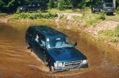 En Toyota Hilux pickup från Frankrike tar sig en simtur i den stora vattensamlingen i Ökna utanför Vetlanda. Med ett snitt på 50 bilar brukar cirka 300 fordon från ett 15-tal länder delta varje år i SOT.