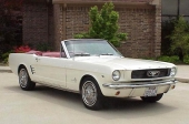 1966 Ford Mustang Convertible känns enklast igen på den lite renare grillen utan krombjälkar.