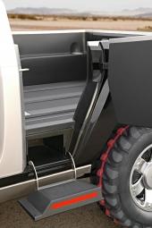 Vad sägs om denna eleganta lösning för att bekvämt kunna nå pickup-flaket? Att det mer rör sig om passagerarbefordran än godshantering torde stå utom allt tvivel.