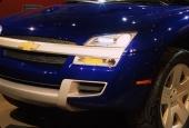 Modern strålkastarutrustning och numera traditionell tvärbjälke genom grillen visar tydligt att detta är en modern Chevrolet truck. Notera Chevy-emblemen på fälgarna! Snyggt!