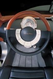 Enkel instrumentpanel med en stor rund mätare ovanför rattstången. Ratten är läderklädd. En del reglage har samlats i blank, halvmåneformad ring där formgivarna inspirerats av dåtidens kromade signalring.