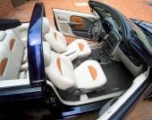 Grått, vitt och cognacsfärgat! Allt tydligare visar bilindustrin att det åter är färgglada inredningar som gäller. I PT Cruiser är det både snyggt och tufft utformat.