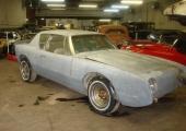 Hos samma bilfirma i USA fanns detta exemplar. Även den en 1963 Studebaker Avanti. Till salu I BEFINTLIGT SKICK $4.950. Eftersom frakter och spedition är samma oavsett bilens värde, skulle bilen kosta cirka 68.000 kr, tullad i Göteborg.
