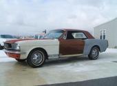"""Att denna Mustang är en GT betvivlas. Stripen på framskärmen kommer från en Shelby. Men bilen är lätt att klassa som """"flerfärgad"""" vid reg. besiktning!"""