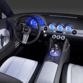 Blå instrumenttavlor dominerar interlören i Chevrolet Nomad.