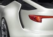 En liten närbild av de raffiga stjärtfenorna från det sena 50-talets Cadillac. Liksom då hävdar GM att stjärtfenor är bra för stabiliteten — eller att styra luftströmmarna — vilket i stort sett är samma sak.