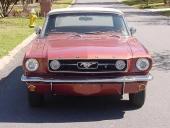 1966 Mustang GT, här som Convertible, har dimljus monterade i grillen tillsammans med en vertikal krombjälke.