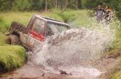 En norsk Daihatsu Rocky roterar upp en fontän av lerigt vatten i ett försök att komma öve en bäck på Mariebergs Viltfarm utanför Kalix. SOT passar för all typer av fordon: från nya bruskbilar till ombyggda specialbilar.