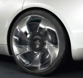 Även fälgar och däck har påverkats av kravet på att styra luftströmmarna. 21-tumshjulen är dessutom så smala som 195/45 för att vara mer lättrullade.