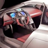 I en Cadillac förutsätts allt fungera och föraren brukar nöja sig med digital fartmätare och ett knippe varningslampor. Den futuristiska designen är än mer påtaglig inne i bilen än på utsidan. Notera formen på gaspedalen. Vem skulle inte vilja känna på spänsten i den!