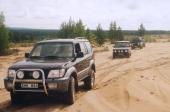 """En Toyota Land Cruiser leder eftermiddagssafarin på Bodens gigantiska skjutfält, där ett sandområde är så stort att det kallas för """"Kalahari"""". SOT hoppas kunna köra på militärområdena igen i framtiden."""