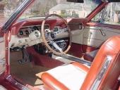 En välutrustad 1966 Mustang GT Convertible med Rally-Pac, det vill säga runda instrument hängande på rattstången. Denna är även utrustad med air-conditioning, golvkonsol och den populära 2-färgade Pony-inredningen.