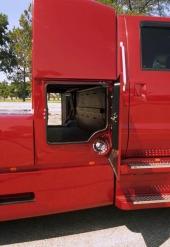Det yttre bagageutrymmet kan nås från båda sidor liksom påfyllningarna till de båda bränsletankarna på vardera 246 liter.