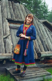 Den samiska guiden Lena visar runt i den unika lappstaden i Arvidsjaur, där det vimlar av träkåtor. Samerna är Europas mest särpräglade ursprungsbefolkning.
