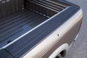 Ram Laramie har tjocka sidoväggar utefter lastboxen. I dessa finns praktiska förvaringsfack.