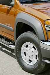 Ytterligare en typ av original Chevrolet-fälg! Här kombinerad med kraftiga skärmbreddare i grå plast för att de enkelt skall kunna bytas ut. Notera också det kraftiga fotsteget på denna version.
