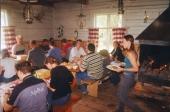 """Sweden Offroad Tour är inte enbart terrängkörning - utan också god mat och trevlig gemenskap. På Mariebergs Viltfarm utanför Kalix äter deltagare vildsvinskotlett på """"krogen i skogen"""" mitt ute i vildmarken."""
