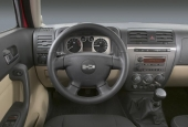 En betydligt enklare och mer funktionell interiör i produktionsmodellen mot conceptbilens glamourösa överflöd.