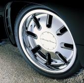 """20"""" helförkromade fälgar i hjulhus som är så små som möjligt. Detta för att framhäva hjulens storlek. Notera luftgälen i hjulhuskanten."""