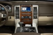 GPS, avancerad musikanläggning och air-conditioning, snyggt placerad, omgivet av trä och krom.