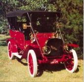 """Med sin höga sufflett uppfälld ser bilen stor och mäktig ut, Men skenet bedrar, hjulbasen är endast 106"""" och fordonsvikten bara drygt 1.000 kg."""