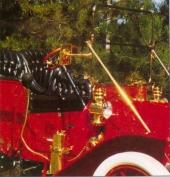 Förutom vindruteramen är alla mässingsdelarna original. Lamporna drivs med acetylen från en trycktank som Schramm beställde till bilen, istället för karbidgeneratorn som var standard. Från luftbollen bredvid föraren leds luften via en ledning till det vackra hornet.