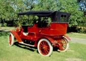 Rött och mässing är en vacker kombination på denna 1908 Rambler Model 31 Touring. Denna underbara bil stod gömd i en lada, från 1913 till 1951 hemma hos ägaren Carl Schramm som hade köpt bilen ny. I en annan, helt identisk Rambler av 1908 års modell, reste den legendariske - och då åldrige - Buffalo Bill.