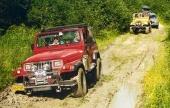 """En holländsk Jeep Wrangler av första generationen tar sig fram längs den leriga """"vägen"""" under offroaddagen i Sollefteå 1999. Sommarens Sweden Offroad Tour arrangeras för femte gången 1-23 juli 2000!"""