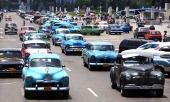 En normal gatubild i Havanna där majoriteten amerikanska bilar är från första hälften av 50-talet. Med några sovjetbilar från 70-talet och några modernare asiater.