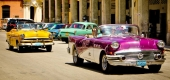 En knallgul Ford Sunliner jagar en 1956 i vitt och skrikig lila. Två saker är extra utmärkande för bilarna i Cuba. Starka kulörer och kromade customfälgar!
