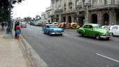 I förgrunden en grön 1950 Chevrolet som sannolikt strax blir omkörd av en 1957 Ford. Längre bort en Pontiac. Notera också de märkliga citybilarna som ser ut som rullande citroner och apelsiner!