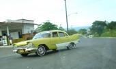 En 1957 Plymouth Plaza i mycket gott skick rusar igenom en kurva i ordentlig fart. En bruksbil.