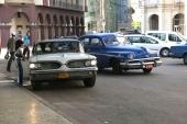 Självklart går raggen även på Cuba! Här en 1959 Pontiac, vars besättning tycks ha fått napp. En 1951 Lincoln ger upp och svänger ut i trafiken.