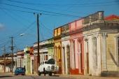 Cubanerna är väldigt glada i färger, vilket även märks på husen. Men vad är nu detta? Ja, naturligtvis en brittisk Austin Somerset som inte känner sig helt kry idag!