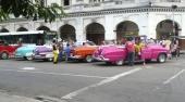Här är det träff för entusiaster med convertibles! Alla bilar är omlackerade i färger som inte är original. Notera även den klassiska byggnadsstilen på fastigheten.