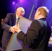 """Erik Carlsson """"på taket"""" mottager hederspriset """"Bilsport Special Award"""" som överräckes av publisher Stig L. Sjöberg."""