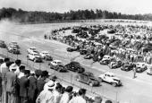 Bilden är från Lakeview Speedway i North Carolina den 6 juni 1949. Leder gör Tim Flock i bil nr 90, tätt följd av Glenn Dunnaway i bil nr 9.