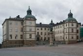 Nämndemannens arbetsplats är Svea hovrätt i Stockholm. På sin arbetsplats har han skaffat sig erfarenhet av hur bedrägliga vissa poliser kan vara.