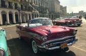 En riktigt fin 1957 Chevrolet Bel Air Convertible, till höger en 1958 Edsel och därefter en 1952 Chevrolet.