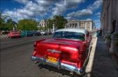 En gnistrande röd 1954 Buick och en dröse små skitbilar på parkeringen på andra sidan gatan! Notera de pampiga byggnaderna som uppfördes innan kommunismen tog över.