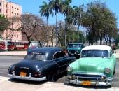 """Till vänster en 1951 Chevrolet medan den gröna stationsvagnen också är en Chevrolet, men på typiskt Cuba-manér har man blandat grill och kaross till något alldeles """"eget""""."""