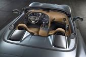 Med suffletten nedfälld döljs denna av en tonneau-liknande sektion, även den designmässigt välanpassad till bilens övriga formgivning.