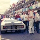 24 Hours LeMans, Frankrike 1965. Carroll Shelby står vid bakpartiet till prototypvagnen Ford Mark II som Phill Hill och Chris Amon körde.